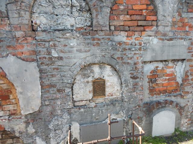 Mauer mit einzelnen Gruften auf dem Friedhof St. Louis Cemetery No. 1 in New Orleans.