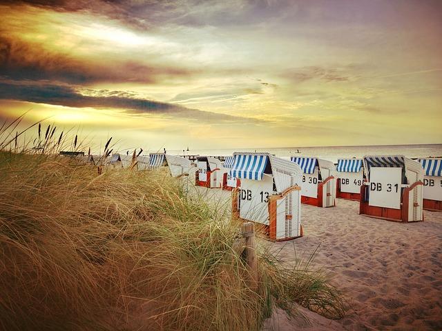 Warnemünde an der Ostsee, der Strand mit den Dünen, Strandkörben in Mecklenburg-Vorpommern. und dem Meer.