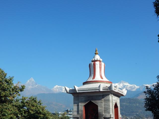 Bindhya Basini Tempel in Pokhara mit Himalaya.