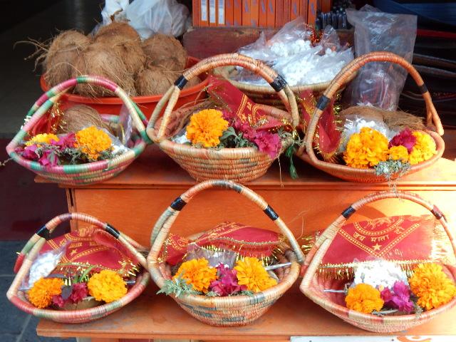 Körbchen mit Opfergaben für den Hindutempel.