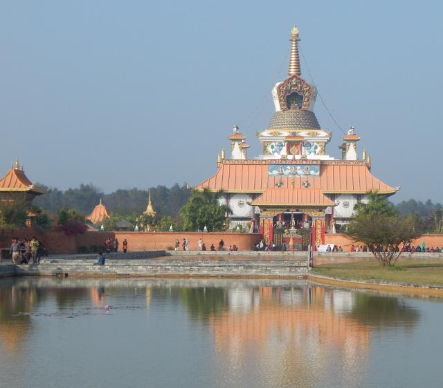 Deutscher buddhistischer Tempel mit Lotosteich im Friedenspark von Lumbini, Nepal.