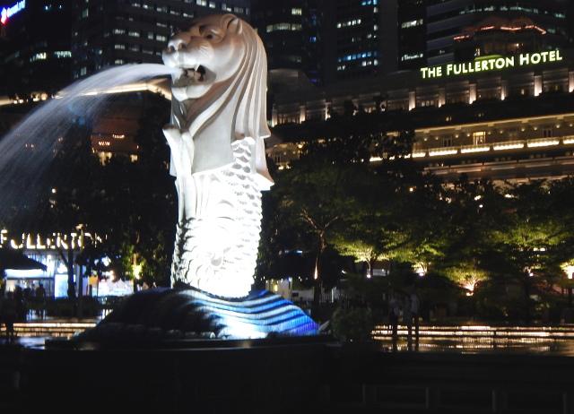 Der Merlion mit dem Fullerton Hotel im Hintergrund