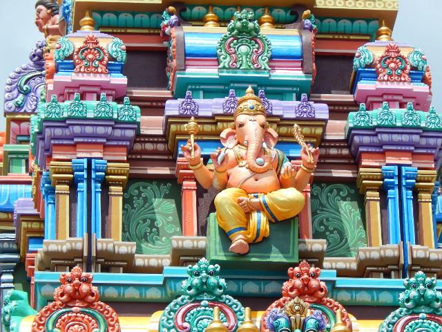 Der Gott Ganesha thront auch am Hindutempel zu Füßen der Batu Caves.