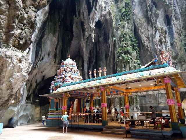 Das Innere der Batu Caves enthält einige Tempel.