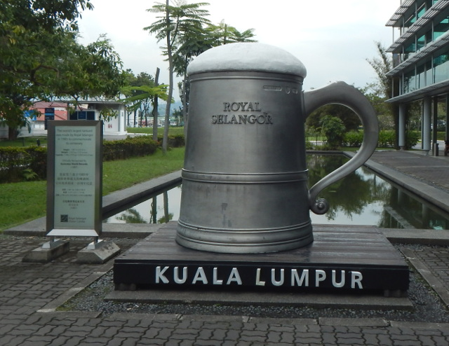 Der größte Bierkrug aus Zinn vor dem Royal Selangor Pewter Complex