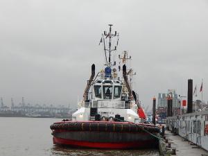 Schlepper im Hamburger Hafen im Winter.