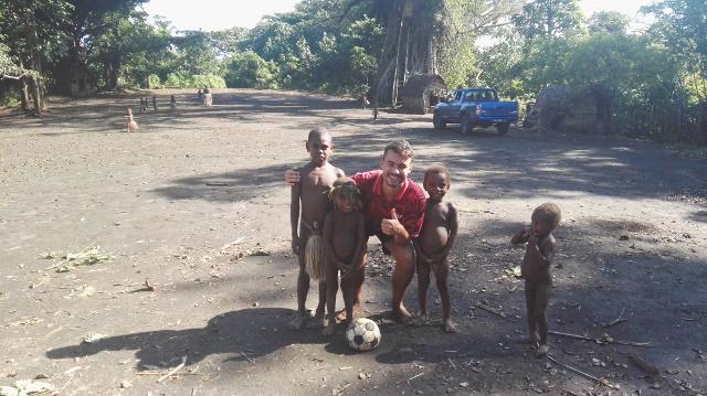 Marcel post mit den Kindern des Dorfes für die Kamera, Vanuatu, Südsee.