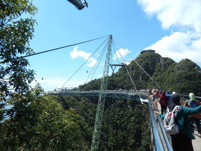 Die berühmte Skybridge über dem Regenwald auf Langkawi.