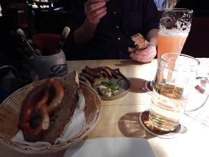 Nürnberger Bratwurst mit Sauerkraut, Brezel und Bier.
