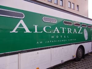 Gefängnisbus als Hotelshuttle des Gefängnishotel Alcatraz Kaiserslautern