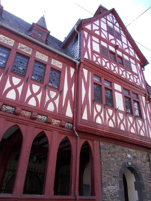Das alte Rathaus Lahnstein, ein Fachwerkbau mit roten Balken.