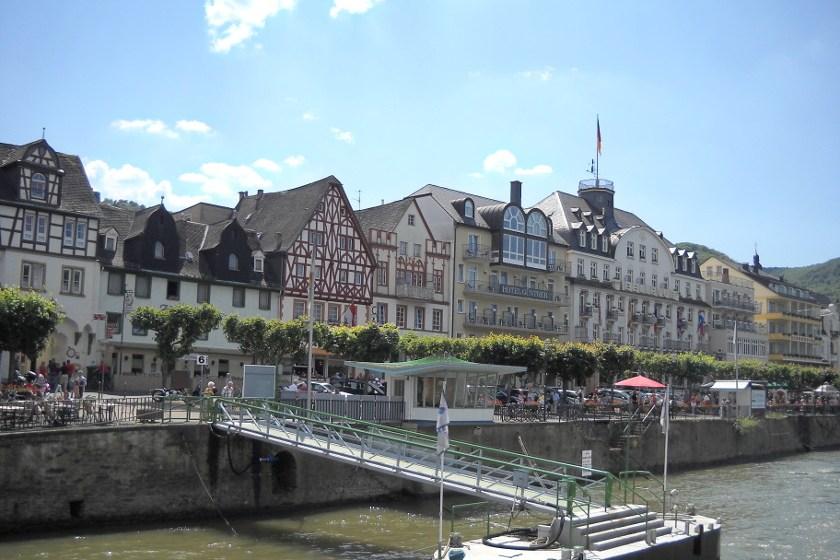 Boppard am Rhein, Rheinpromenade mit Rheinanlagen.