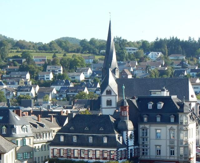 Die St. Clemens Kirche in Mayen hat eine gedrehte Turmspitze.