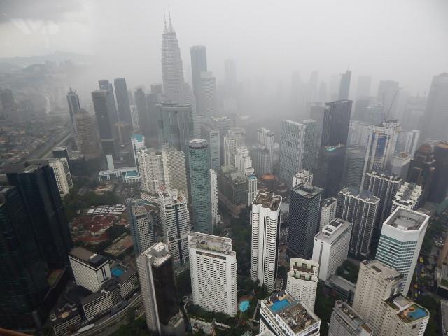 Blick vom KL Tower Kuala Lumpur auf die Petronas Towers.