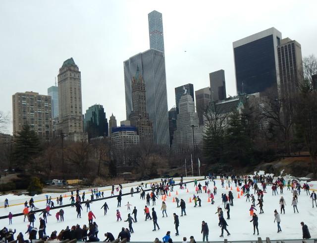 Eisbahn Wollmann Rink im Central Park im Winter in New York.