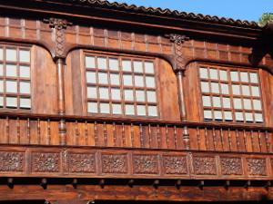 Kunstvolles Holzfenster