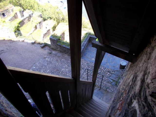 Die steile Holztreppe zum Ausgang