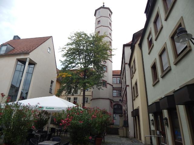 Der weiße, hohe Schrotturm in der Altstadt von Scheinfurt