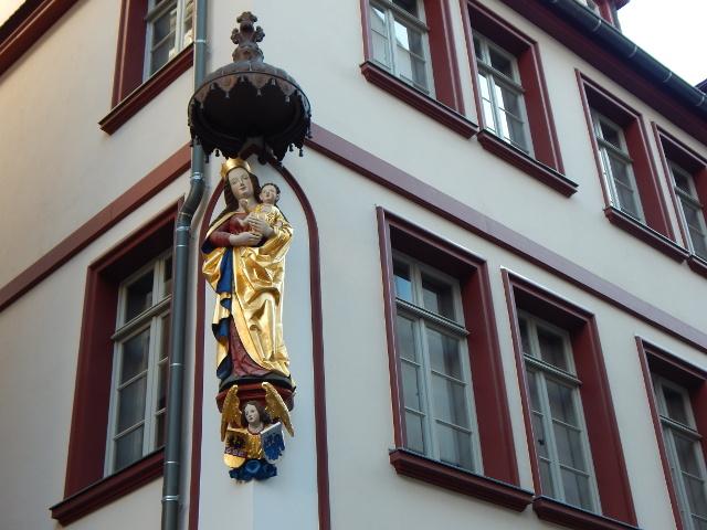Marienstatue am Goldenen Lämmchen in Frankfurt Altstadt