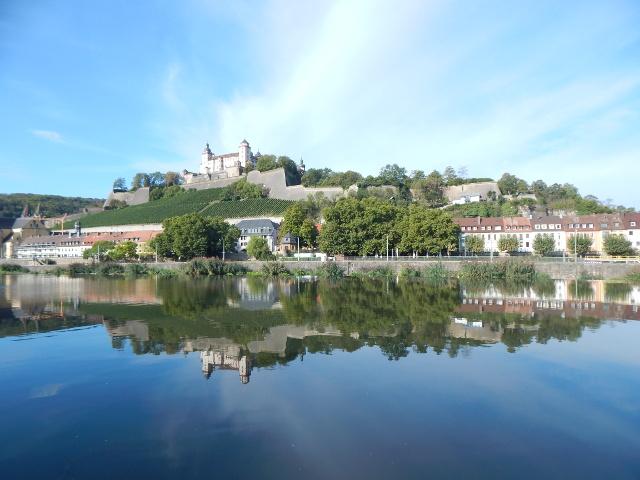 Spiegelungen im Main Würzburg Rudngang