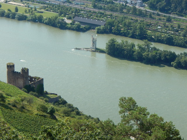 Aussicht vom Rossel auf Burg Ehrenfels und den Mäuseturm