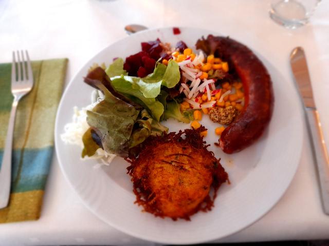 Deutsche Küche mit Wildbratwurst, Reibekuchen und Salat