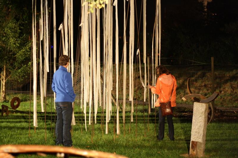 Skulpturengarten Kunstnacht (2010) Bänder: Christine Kostelezky