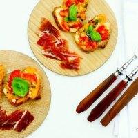 Bruschetta med tomat, ost og basilikum