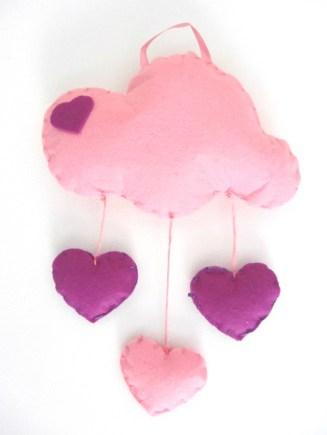 Nuvola rosa in feltro con cuori pendenti in feltro rosa e viola.