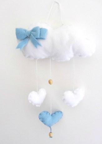 Nuvoletta in pannolenci con cuori bianchi e azzuri. Fiocco in pannolenci.