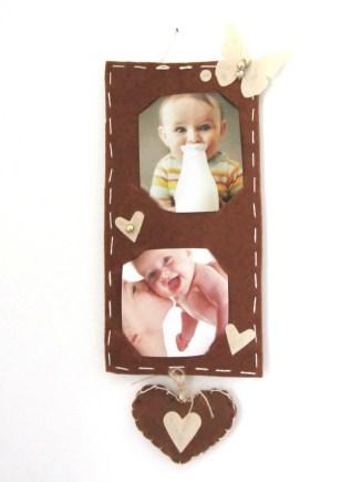 Portafoto da parete in feltro marrone, con cuore pendente.