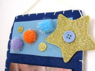 Fommy glitter, pon pon e bottone azzurro.