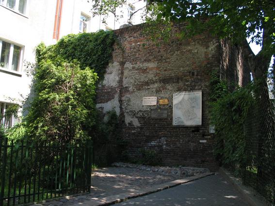 Rest Der Mauer Des Warschauer Ghettos In Einem Hinterhof