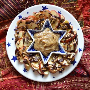Apples with Raw, Vegan Vanilla Fudge Caramel Sauce