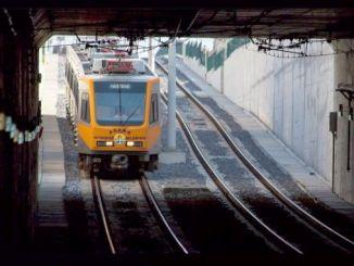 adana metro vil gå til universiteye turgut ozal boulevard om natten