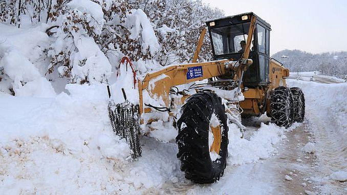 bursada yogun kar yagisindan kapanan 75 mahalle yolu acildi