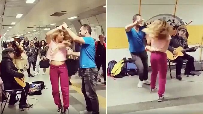 istanbul metrosunda muzik yapan insanlara danslariyla eslik eden cift