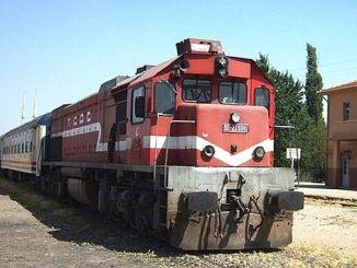 пассажирский поезд на железнодорожном переезде