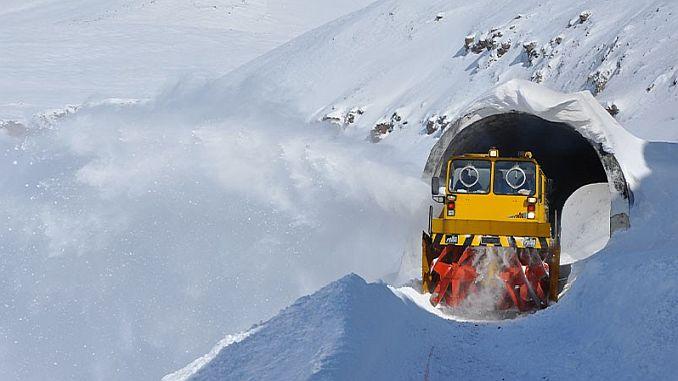 demiryolu iscileri seferlerin aksamamasi icin kar ve buz temizliginde