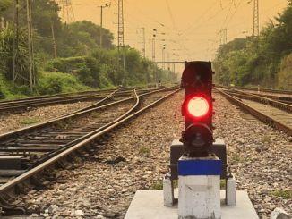 لا يوجد أي إشارة على وجه السكك الحديدية توران