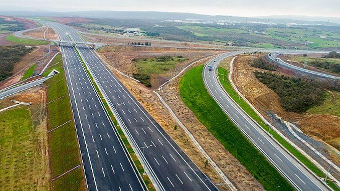 Autopista ininterrumpida entre dos kopru gigantes.