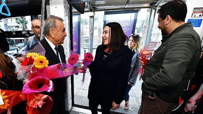 Verrassing van de tram passagiers naar vrouwen Kocaoglu