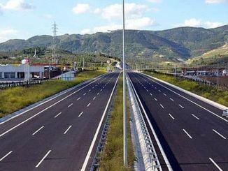 en la carretera de North Marmara entre el puerto de Kurtkoy