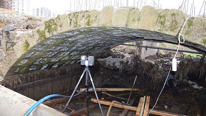 Uny Golevi-jarige geschiedenis in het park stenen brug te worden verplaatst