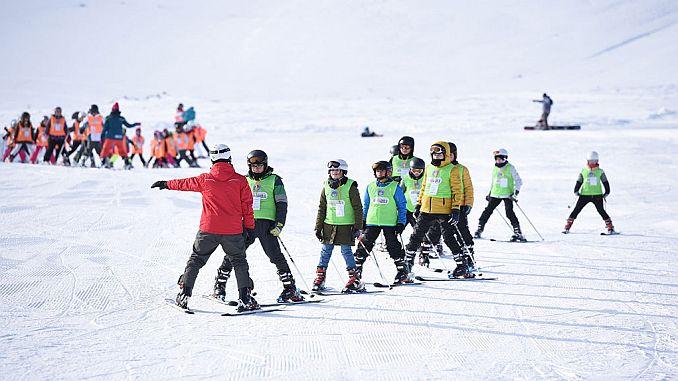 spor ως bin cocuga έδωσε εκπαίδευση σε σκι και snowboarding