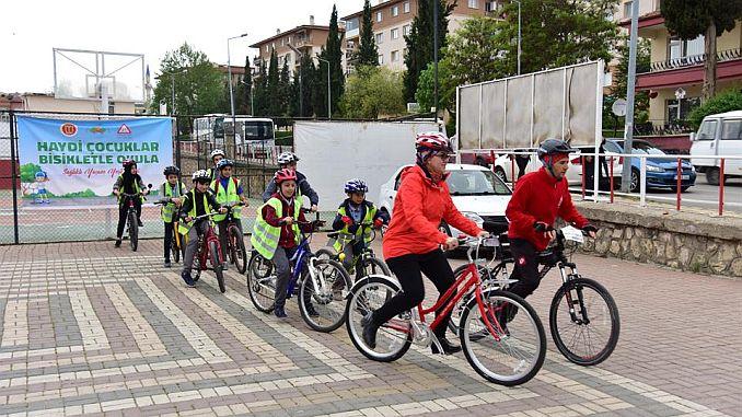 дети ходят в школу на велосипеде