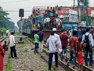 बांग्लादेशेने ट्रेन ट्रॅकमध्ये हेडफोनसह चालले होते