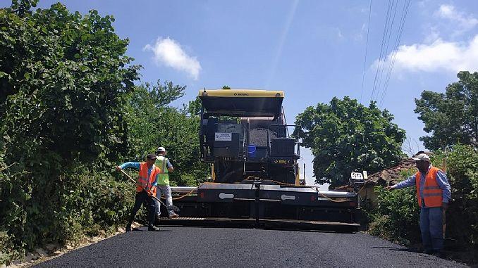 kandira koy yollarina bin ton asfalt seriliyor