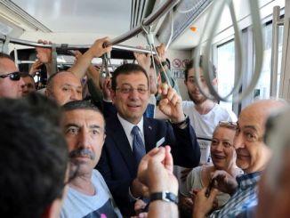 Präsident Imamoglu stieg in die Straßenbahn und hörte sich die Probleme der Bürger an