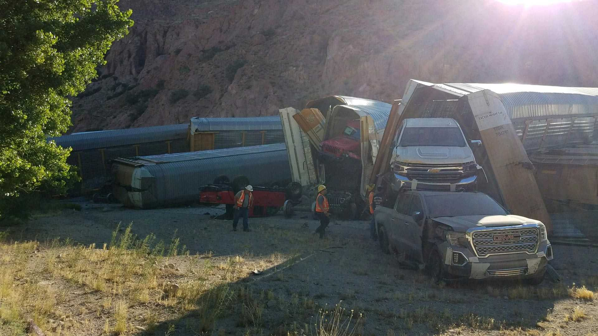 Train with Luxury Jeeps in the US Derailed - RayHaber